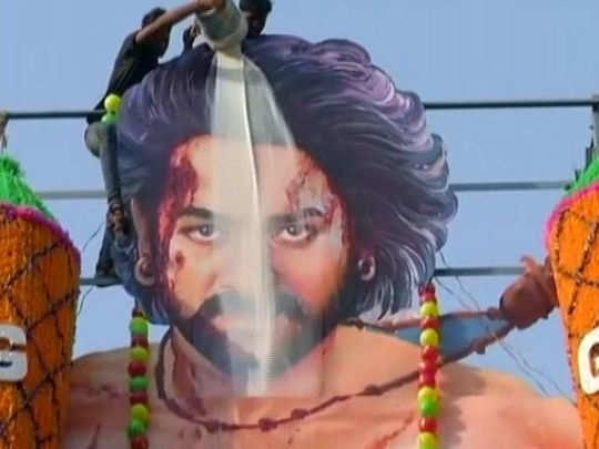 பாகுபலி 2 அமோக வரவேற்பு: பிரபாஸ்க்கு பாலபிஷேகம் செய்து மகிழ்ந்த ரசிகர்கள்