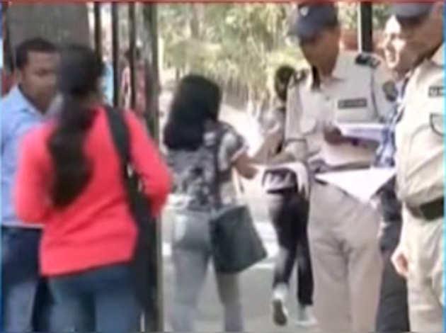 आईआईटी के बाद दिल्ली युनिवर्सिटी ने छात्राओं से 'ठीक कपड़े' पहनने को कहा
