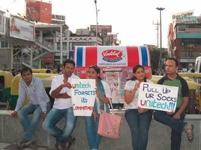 यूनिटेक की लेटलतीफी का विरोध करते निवेशक। (फाइल फोटो)