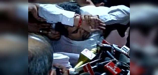 अनशन पर बैठे कपिल मिश्रा प्रेस काॅन्फ्रेंस के दौरान हुए बेहोश
