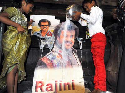 रजनीकांत इन दिनों अपने फैंस से मिल रहे हैं लेकिन उनके ये दो फैंस नायाब हैं।