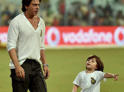 मैच देखने शाहरुख अपने बेटे के साथ आए थे