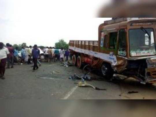 கரூர் அருகே கார் மீது லாரி மோதி விபத்து: 4 பேர் பலி