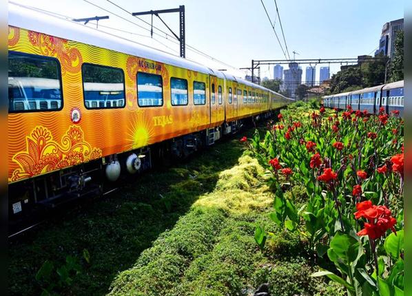 पहली ट्रेन मुंबई से गोवा के बीच