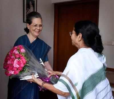 సోనియాగాంధీకి పుష్పగుచ్చం అందిస్తున్న మమతా బెనర్జీ