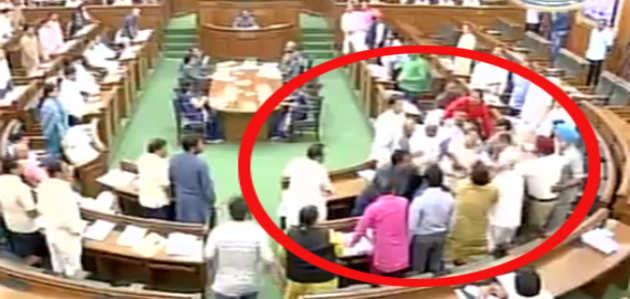 दिल्ली विधानसभा में कपिल मिश्रा के साथ AAP विधायकों ने की हाथापाई