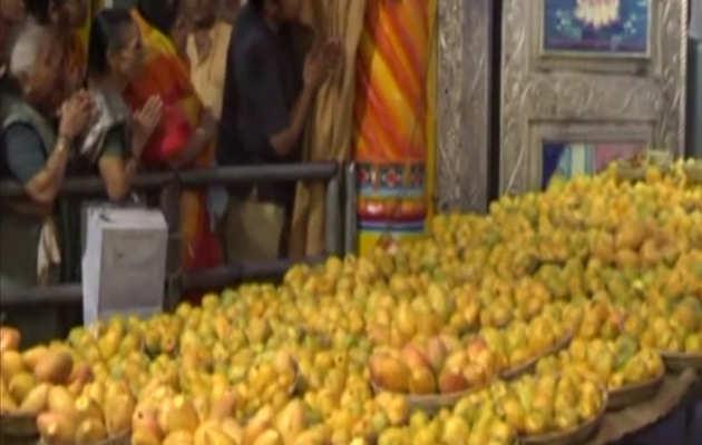 देखें: वडोदरा के मंदिर में 11,000 आमों का चढ़ावा