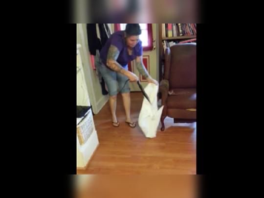 ভাইরাল ভিডিও: হেলায় সাপ সাফাই করে কামাল দেখালেন মহিলা