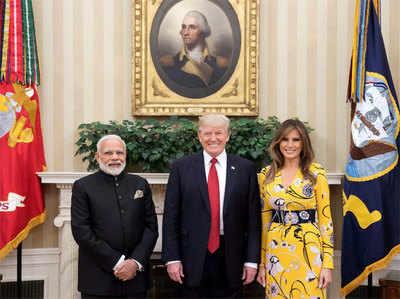 वाइट हाउस में राष्ट्रपति ट्रंप और उनकी पत्नी मेलानिया के साथ भारत के प्रधानमंत्री नरेंद्र मोदी...