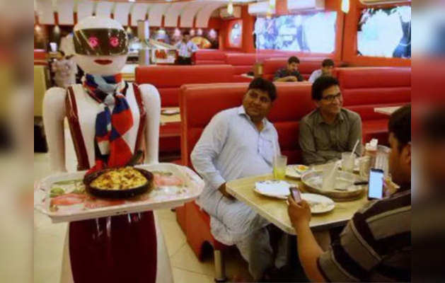 रेस्त्रां में खाना सर्व कर रही है महिला रोबॉट