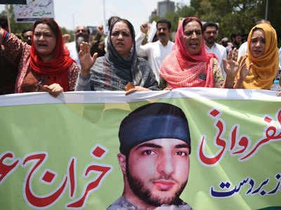 बुरहान की बरसी पर लाहौर में रैली निकालती महिलाएं