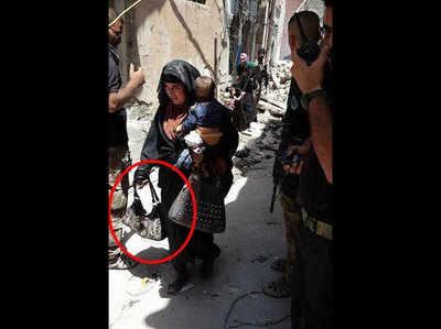 यह तस्वीर खिंचे जाने के चंद सेकंड बाद ही इस आत्मघाती महिला ने बच्चे को साथ लेकर ब्लास्ट कर दिया...