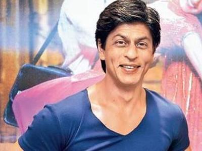 शाहरुख खान स्पाइडरमैन की तरह बस की छत पर लटके दिखे