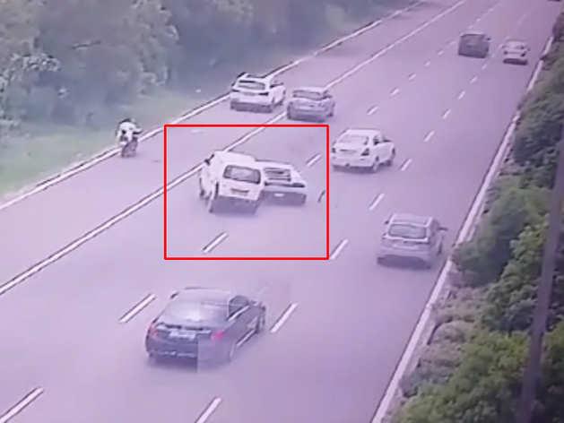 देखेंः नोएडा एक्सप्रेसवे पर कारों की भिड़ंत का CCTV फुटेज