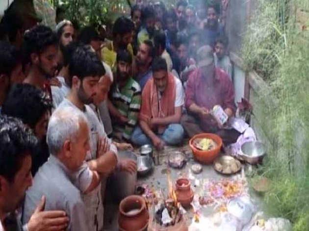 कश्मीरी पंडित के अंतिम संस्कार में शामिल हुए हजारों मुस्लिम