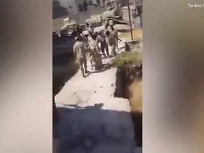 इराकी फौज की यूनिफॉर्म पहने कथित सैनिक आतंकी बताए जा रहे शख्स को घसीटते हुए...