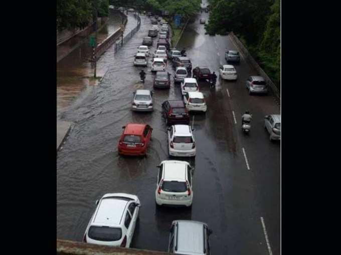 बारिश से दिल्ली-NCR जाम, घरों में भरा पानी