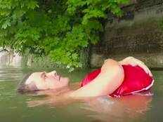 odd news man swims to reach office to avoid traffic