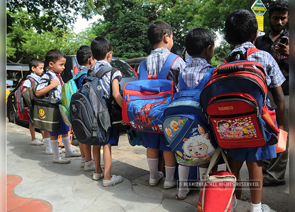 चेक करें बच्चे का स्कूल बैग