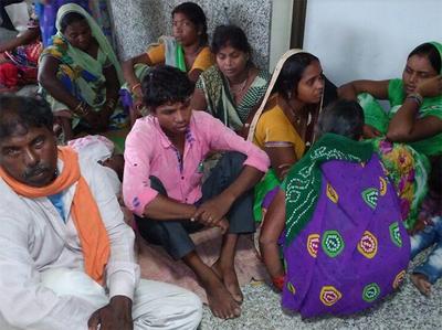 गोरखपुर अस्पताल में परेशान लोग