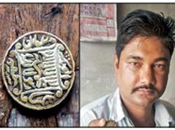 islamic coin: कुछ मिनटों में बन गया करोड़पति, मिला करोड़ों की कीमत का  पुराना इस्लामिक सिक्का - seat in within a few seconds, running a small shop  to cover became the owner