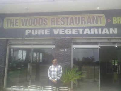 योगेंद्र त्यागी के रेस्तरां में 30 लोग रात को ठहरे