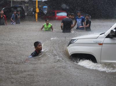 बारिश से मुंबई बेहाल (PTI)