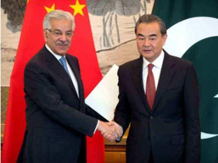 पाकिस्तानी विदेश मंत्री ख्वाजा मोहम्मद आसिफ और चीनी विदेश मंत्री वांग यी