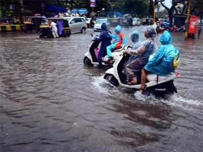 मुंबई में भारी बारिश के बाद जलजमाव