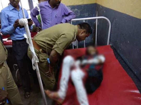 घायल छात्रा से पूछताछ करते पुलिसकर्मी