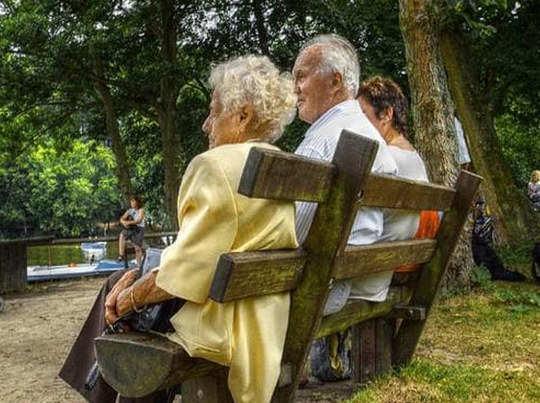 बुजुर्गों से हैरान-परेशान