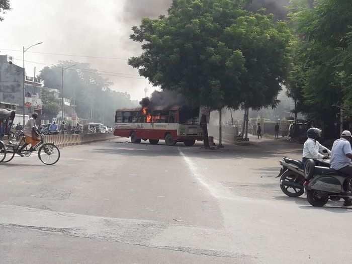 समर्थकों द्वारा बस में लगाई गई आग