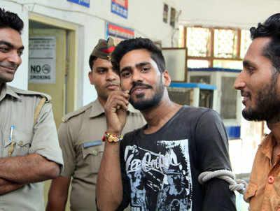 पुलिसकर्मी के सामने मूंछों पर ताव देते हुए आरोपी