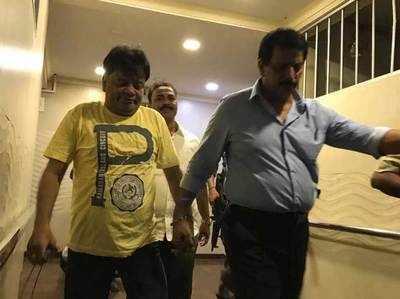 इकबाल कासकर (पीले टीशर्ट में)।