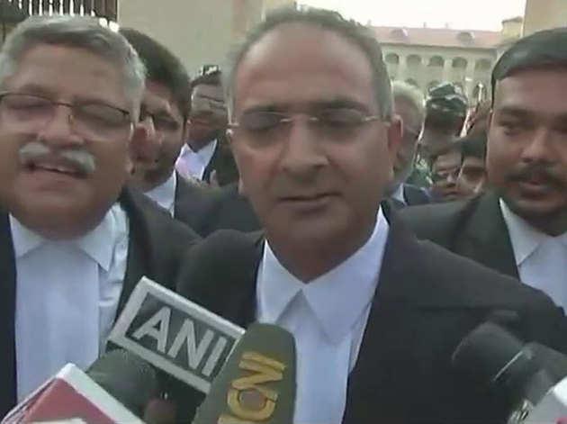 फैसले के बारे में बताते राजेश तलवार के वकील