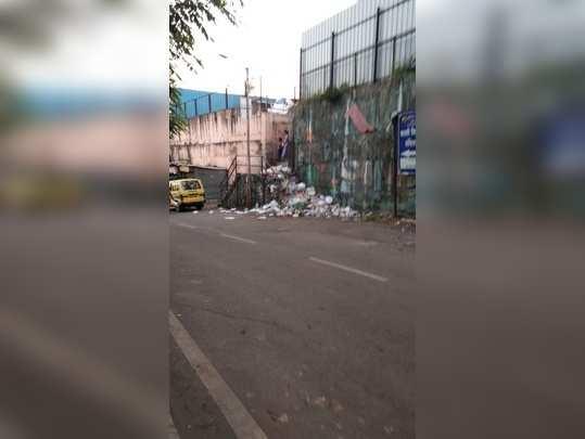 शाळेजवळ जिन्यावर कचरा