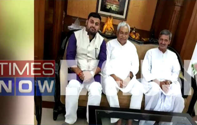 जहरीली शराब कांड के मुख्य आरोपी के साथ बिहार सीएम नीतीश कुमार की तस्वीर वायरल