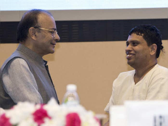वर्ल्ड फूड इंडिया 2017 में वित्त मंत्री अरुण जेटली के साथ पतंजलि के सीईओ बालकृष्ण