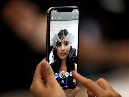 लड़कियों के क्लीवेज की तस्वीरें सेव कर रहा है iPhone? जानें पूरा सच