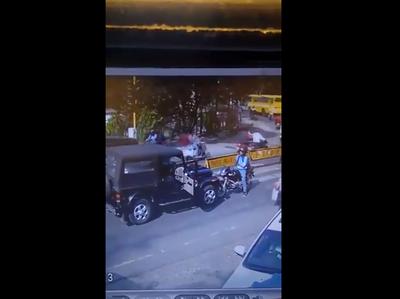 गलत साइड से आ रहे कार चालक से भिड़ा बाइकसवार युवक, विडियो वायरल