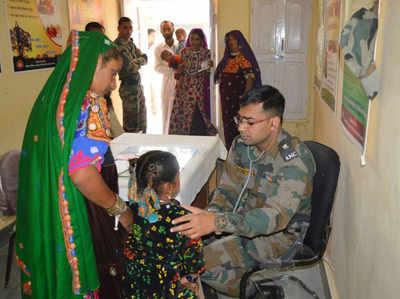मरीजों को देखते सेना के चिकित्सक
