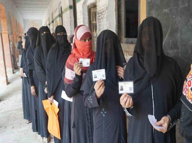 वाराणसी में मतदान करने पहुंची मुस्लिम महिलाएं
