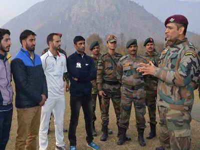 धोनी ने कश्मीर के युवाओं के साथ वक्त बिताया
