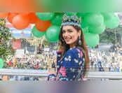 मिसवर्ल्ड मानुषी छिल्लर पहुंची मुंबई, रोड शो के दौरान लोगों ने किया जोरदार स्वागत