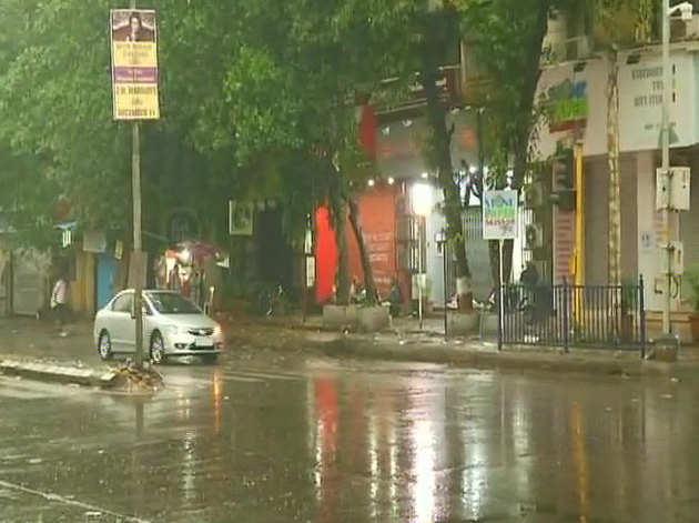 मुंबई में बारिश के बाद छुट्टी का ऐलान