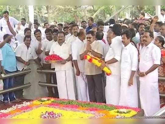 ஜெயலலிதாவின் நினைவிடத்தில் டிடிவி தினகரன் ஆதரவாளா்களுடன் அஞ்சலி