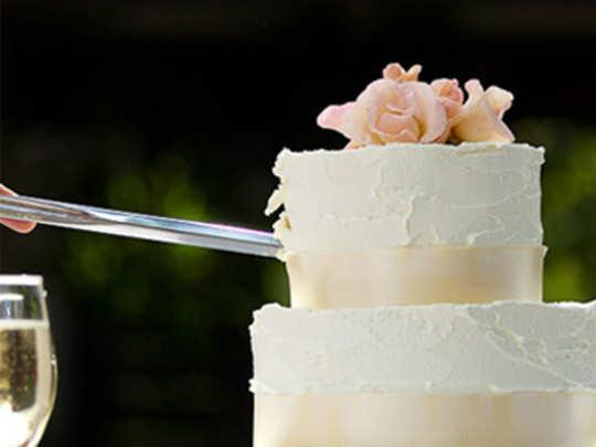 तलवारीने केक कापल्याने तिघांना अटक!