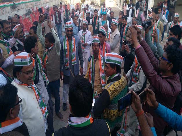 राहुल की ताजपोशी पर जश्न मनाते कार्यकर्ता