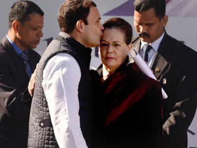 अध्यक्ष पद संभालने के बाद राहुल ने सोनिया का चूमा माथा