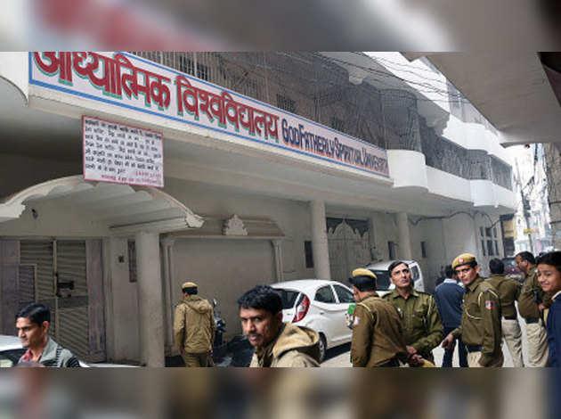 4 गैंगरेप का आरोपी भी है दिल्ली में 'सेक्स आश्रम' चलाने वाला बाबा वीरेंद्र देव दीक्षित
